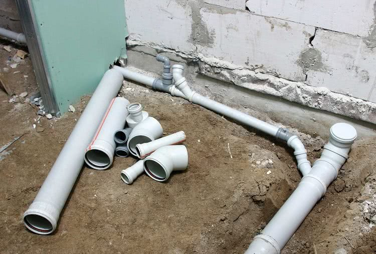 Как проложить канализационные трубы в частном доме своими руками